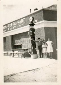 Palat Janine et Palat Andrée. Au dos de la photo, le prix de l'essence en 1939 : 3.48 francs